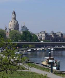 """die historische Altstadt von Dresden mit Brühlscher Terrasse, Frauenkirche, """"Zitronenpresse"""""""