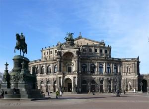 Die Semperoper Dresden auf dem Theaterplatz - davor: Reiterstandbild von König Johann