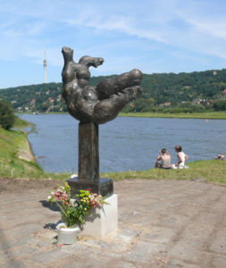 """Plastik """"Die Elbe"""" von Wieland Förster am Laubegaster Ufer"""